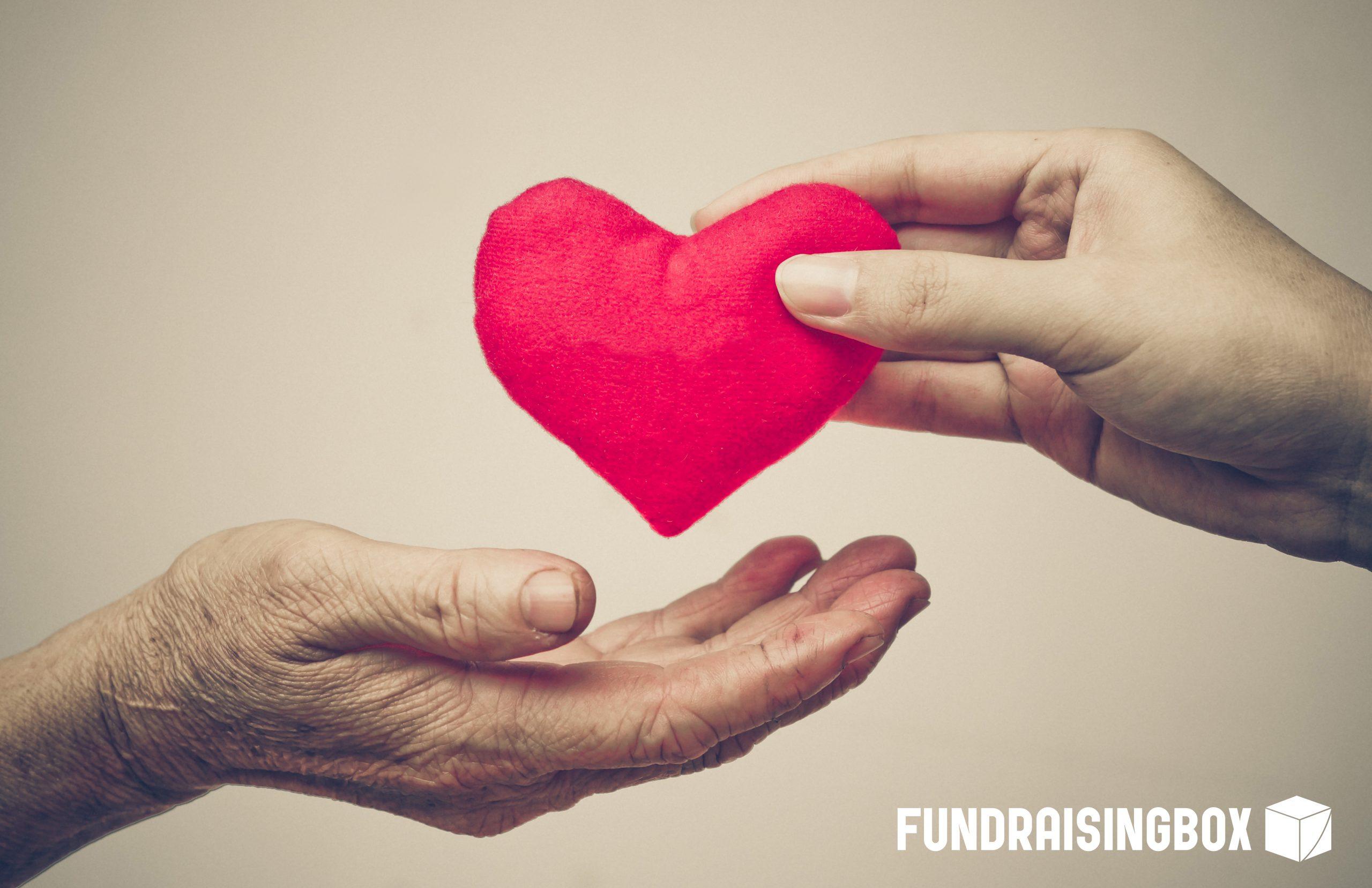 fundraising symbolisiert durch herz und zwei hände
