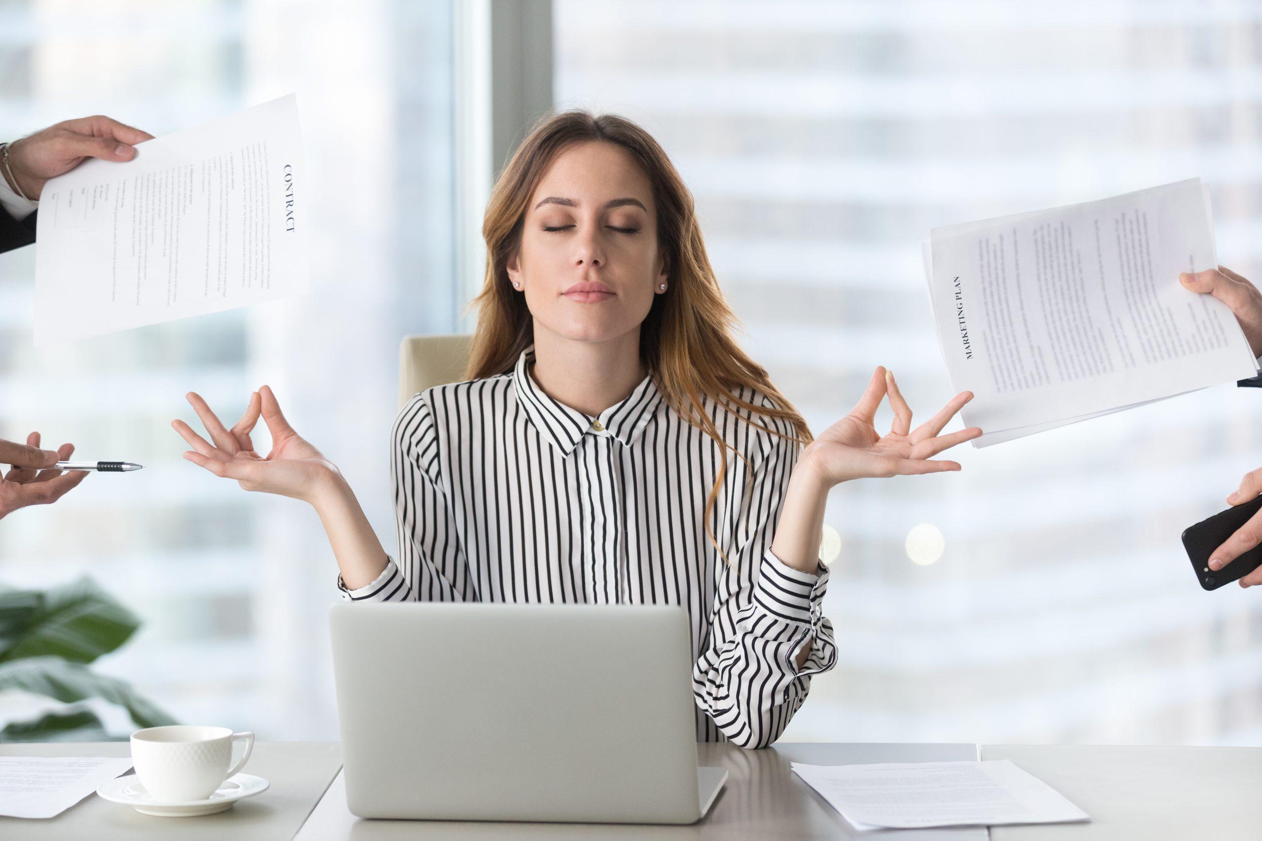 Frau entspannt sich durch Meditation