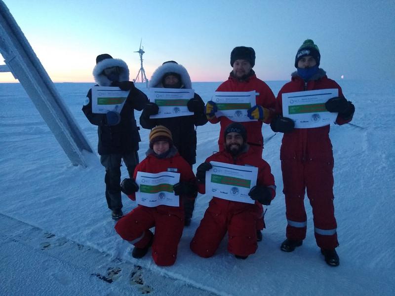 Antarktis-Forscher posieren für ein Teilnehmer-Foto für den NCT Lauf