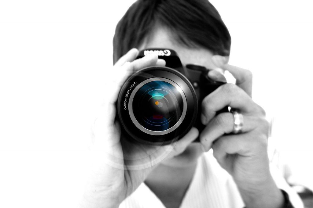 Ein Mann mit Fotokamera