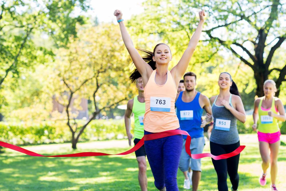 Junge Läuferin kommt als erste durchs Ziel