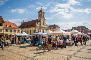 Flohmarkt auf einem Stadtplatz